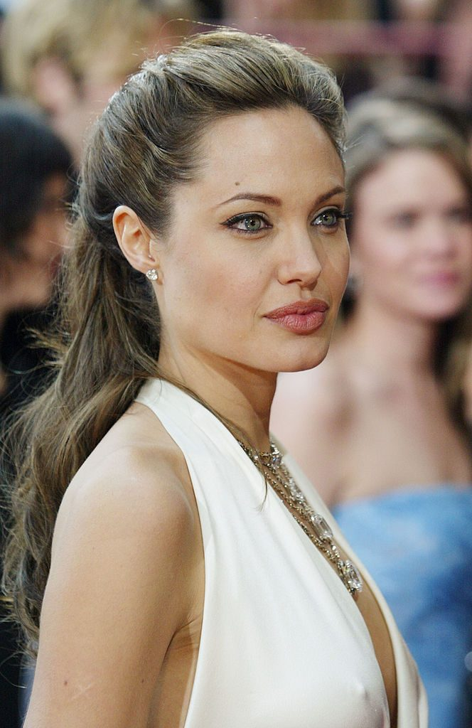 HOLLYWOOD, CA - FEBRUARY 29: Actress Angelina Jolie attends the 76th Annual Academy Awards at the Kodak Theater on February 29, 2004 in Hollywood, California. (Photo by Vince Bucci/Getty Images)